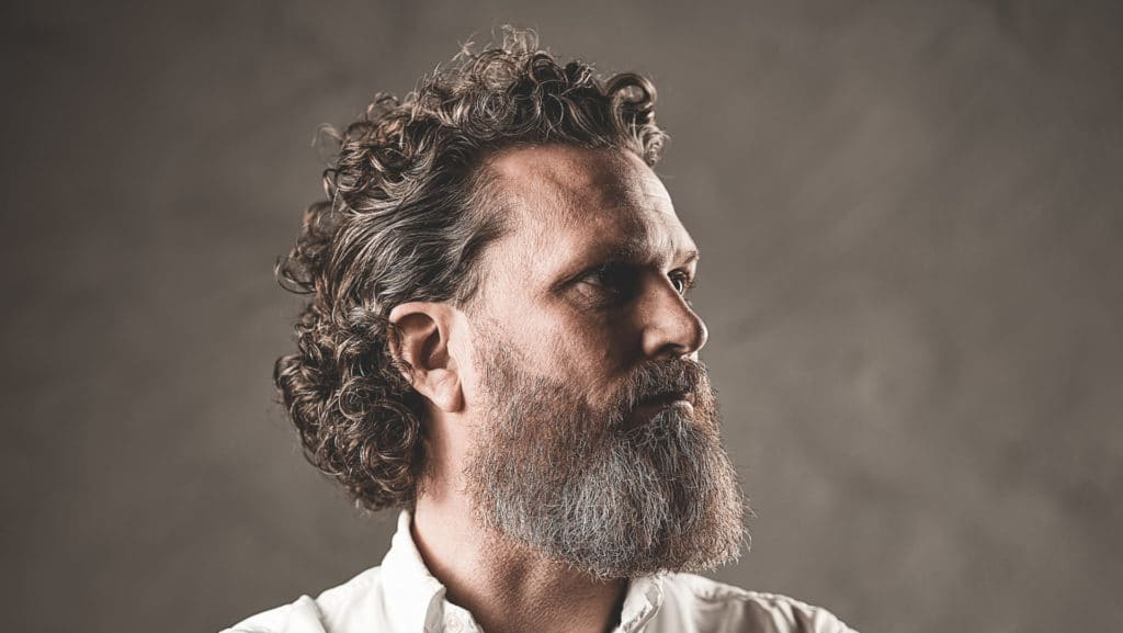 Lockigt hår med skägg